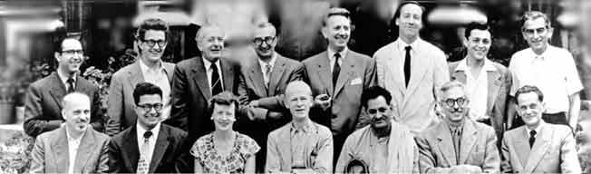 On reconnaît sur cette photographie prise durant une réunion de socialistes européens à l'université de Branting en 1955 Michel Rocard, au deuxième rang en partant de la droite. À côté de lui, Claude Bourdet. Assis devant lui, Marceau Pivert.