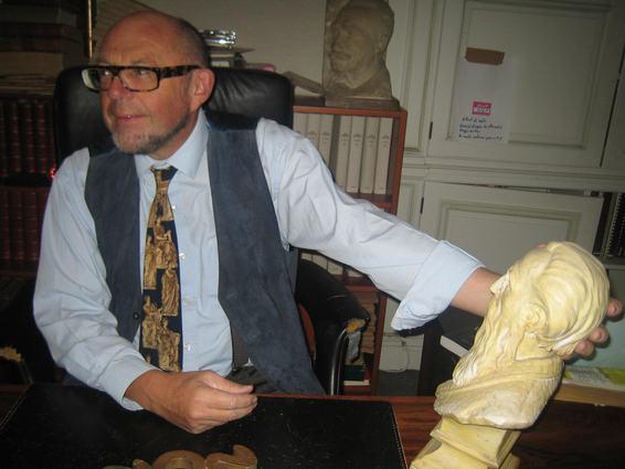 Edouard Boeglin avec une statue de